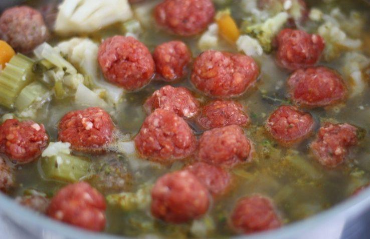 maak nu je eigen heldere groentesoep met balletjes