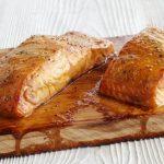 Zalm op cederhouten plank op de BBQ