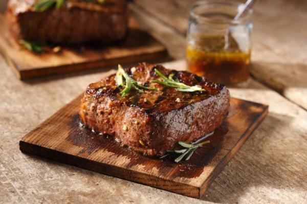 Biefstuk met rozemarijn en honing op een cederhouten plankje